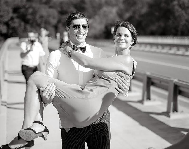 tradicinis vestuvių nešimas per tiltą