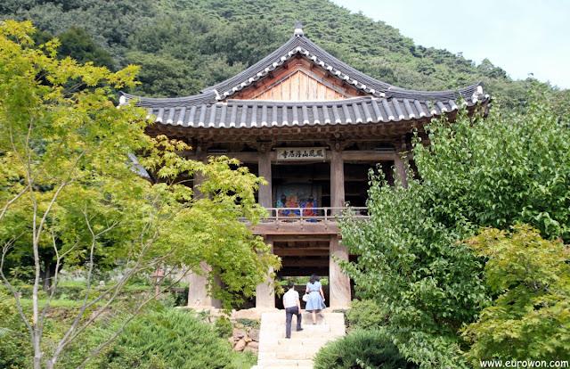 Coreanos paseando por el templo Buseoksa