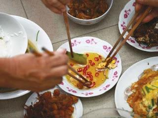 Bệnh dạ dày có lây khi ăn chung mâm