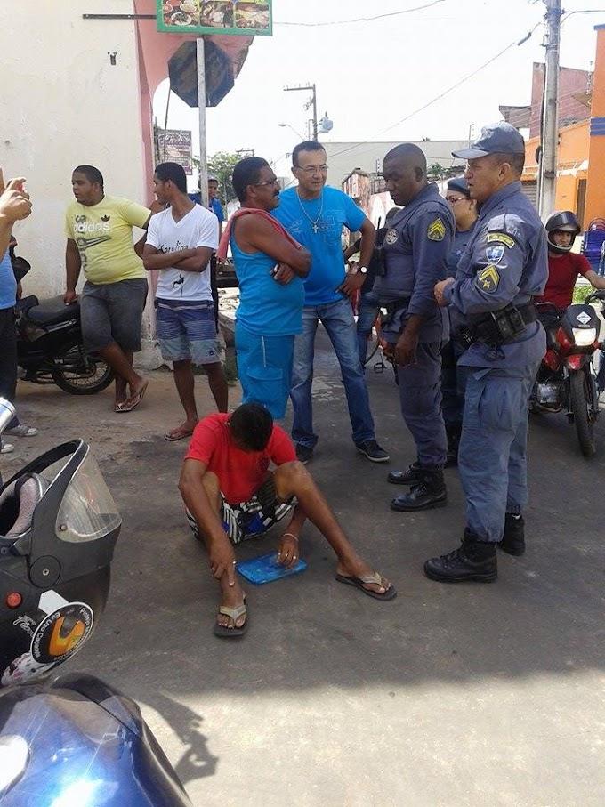 Pensou que tinha dinheiro na pasta. Suspeito é capturado por mototaxistas na Gonçalves Dias até a chegada da PM.