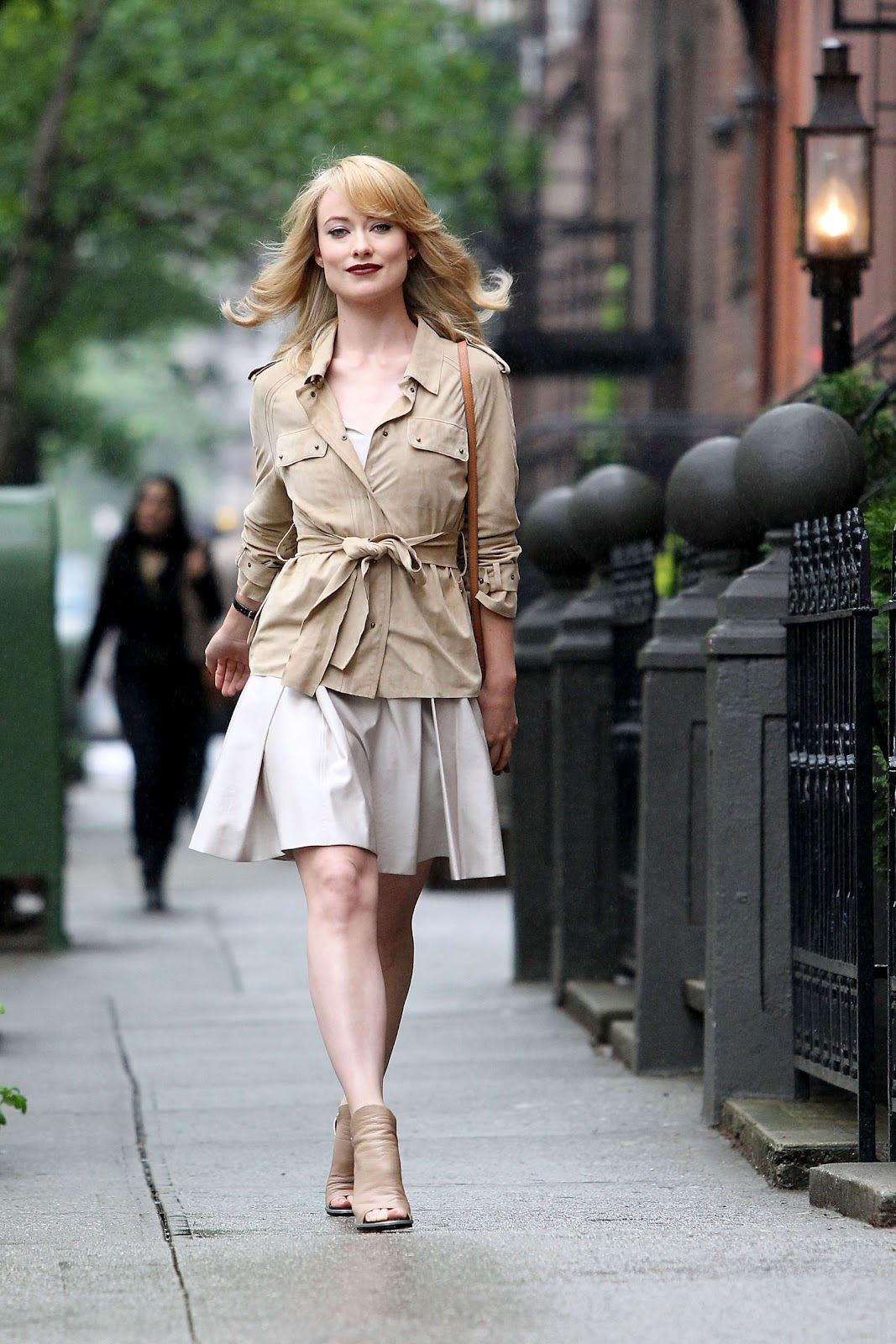 http://1.bp.blogspot.com/-DfZYsIWB8ok/T6WB19nA8EI/AAAAAAAAERc/LXDdiHUusJk/s1600/OLIVIA-WILDE-Revlon-commercial-NY-02.jpg