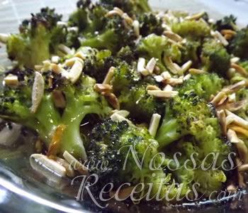 receita de brócolis refogados e servidos com amêndoas