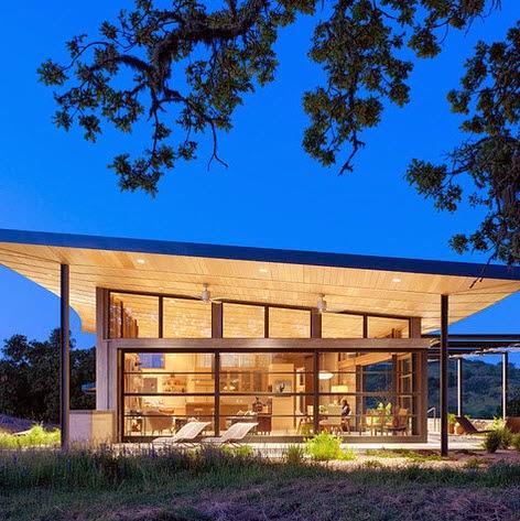 Fachadas de casas modernas en el campo dise os y estilos for Casas modernas techos inclinados