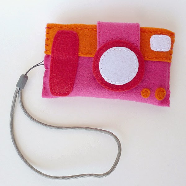 http://www.dreamalittlebigger.com/post/fabulous-felt-camera-case-free-pattern.html