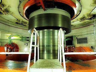 Eixo de uma turbina da Usina Hidrelétrica de Itaipu em movimento.