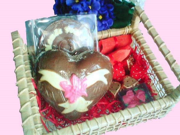 estas de chocolate contém ovo de 350grs decorada