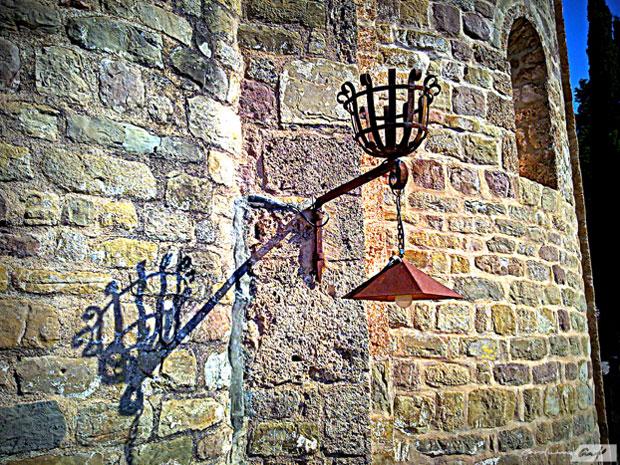 antorcha y farola de la iglesia de Gallifa