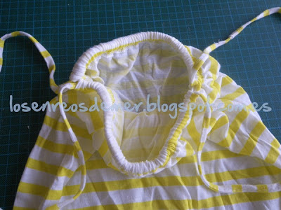 Detalle de mochila realizada con camiseta