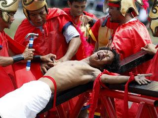 Religioso é preso em cruz de madeira com pregos de 10 cm na cidade filipina de Paombong.