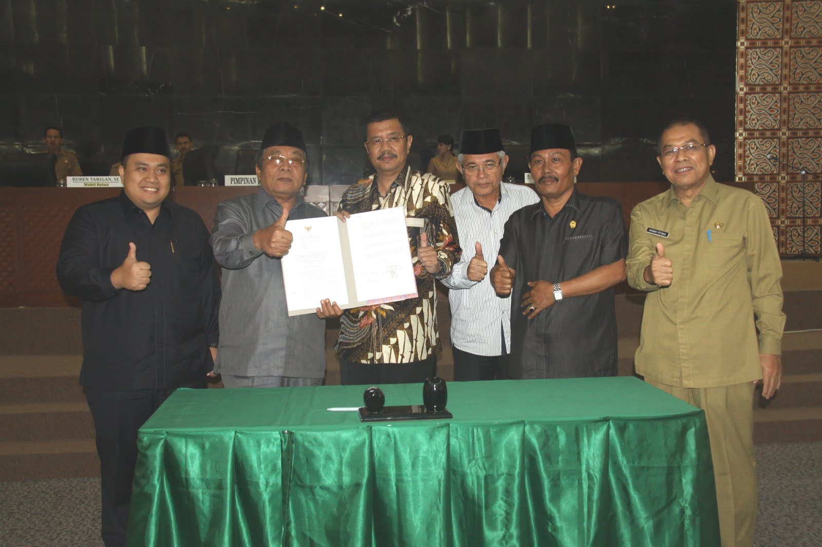 Paripurna Gubernur dan DPRD Sumut Teken R-APBD 2017