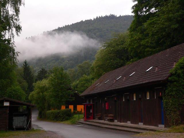 Camping Urlaub Campingtrip VW Caddy mit Hund Sommer Neckargemünd Neckar tiefhängende Wolken