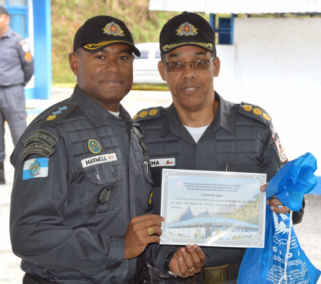 O comandante do 30º BPM, coronel Marcio Vaz Lima, entregou o certificado de bom policial ao major Maxwell