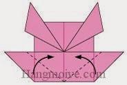 Bước 7: Gấp chéo hai cạnh giấy lên trên.