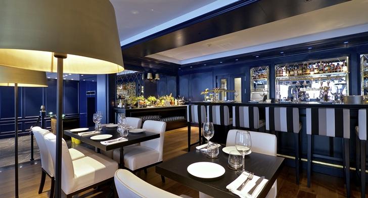 Dark dining tables in Hotel Indigo in Tel Aviv