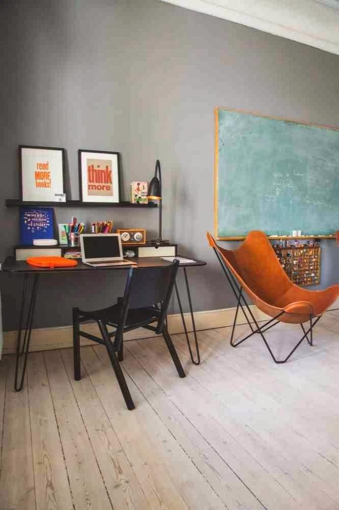 Aranżacja miejsca do pracy, Butterfly Chair krzesło BKF, typografie w czarnych ramach