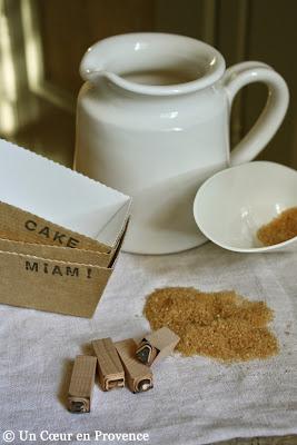 Moules à mini cakes en carton, sucre roux et petits tampons encreurs