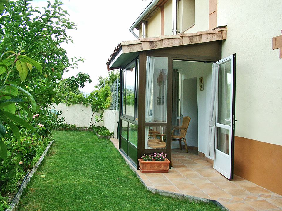 El porche acristalado y solarium en el jard n for Valsain porche y jardin
