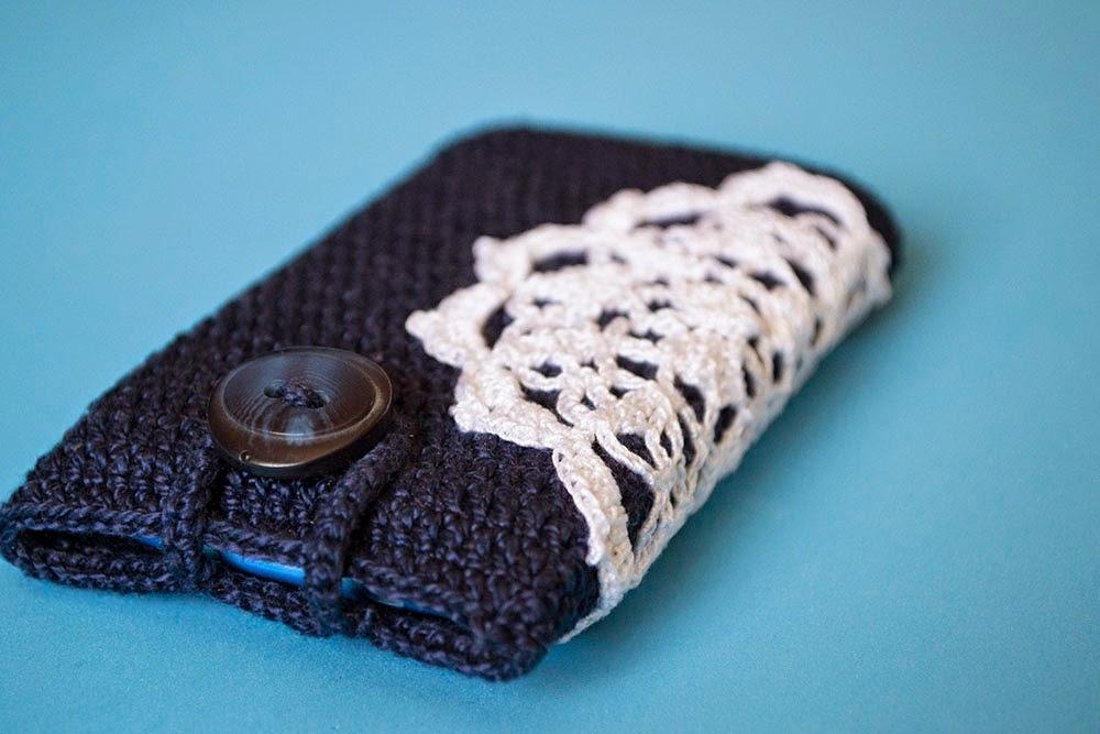 Funda de ganchillo para móvil con adorno calado
