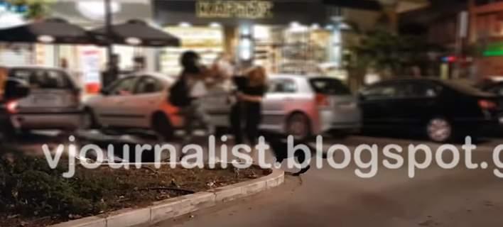 Απίστευτο βίντεο: Μπουνιές και κλωτσιές αντάλλαξαν δύο γυναίκες στη μέση του δρόμου στη Θεσσαλονίκη
