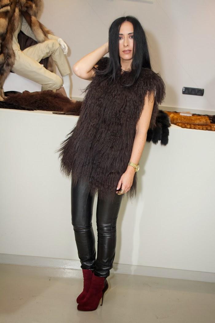 Look Rock: Chaleco de pelo largo marrón oscuro y pantalones pitillo negros de cuero de Gabriel Seguí Peleteros