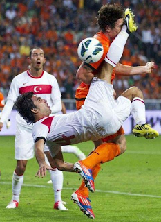 Funny football picture, Turkish player hits opponent full in the face after failed bicycle kick