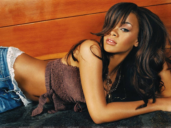 rihanna_hot_wallpaper_on_ground_Fun_Hungama