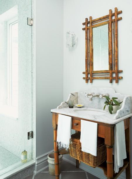 Маленькая ванная комната с необычной мебелью и раковиной
