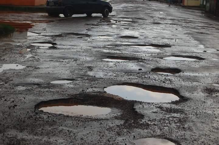Resultado de imagem para buracos na rua