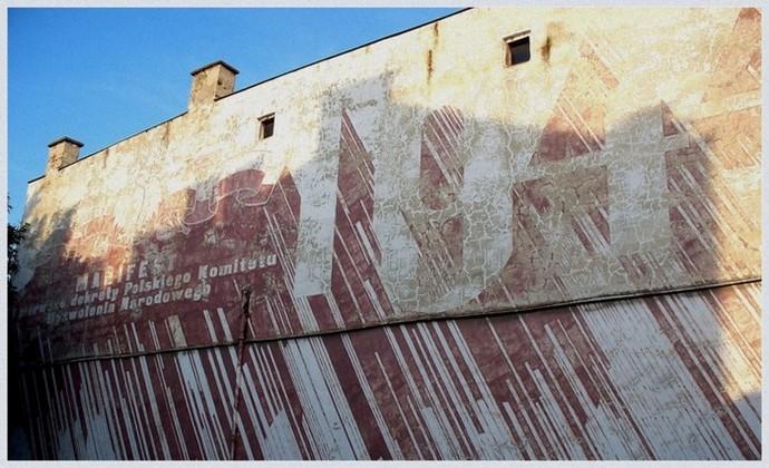 Zabytkowy mural na budynku w Chełmie