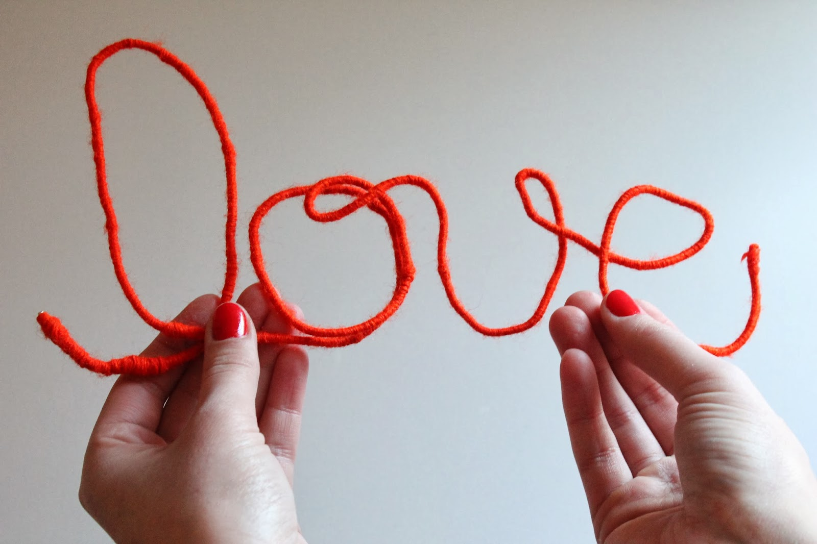 wire yarn sign, neon sign, yarn sign, hammer and heels, diy valentine, diy blog, diy gift