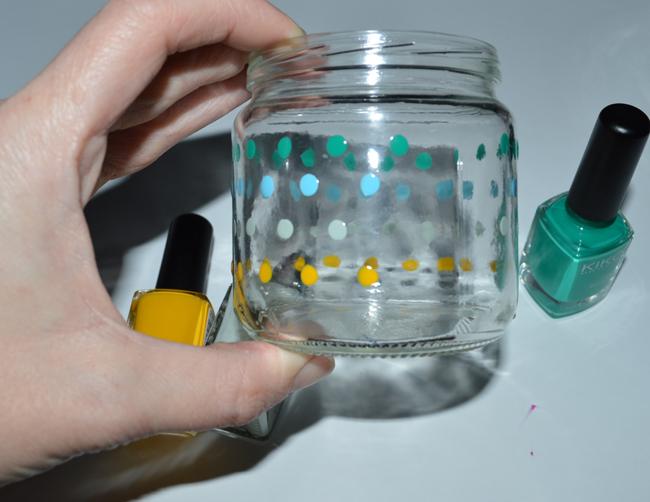 y aqu mini me mayor decorando el suyo este con base negra a que lo hace bien - Botes De Cristal Decorados