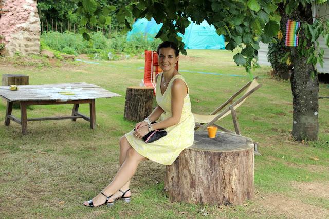 garden party: robe jaune vila clothes, sandales jonak, pochette minelli, manchette hipanema