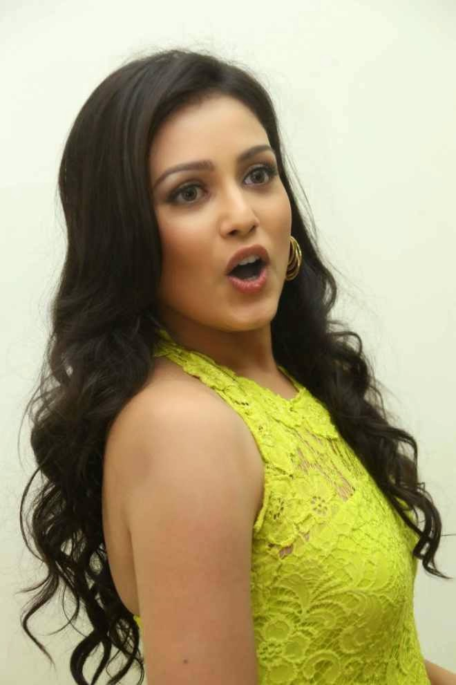mishti chakraborty looks beautiful in hot backless gaun pics
