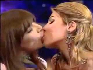 Apresentadoras ensinam em directo como beijar na boca
