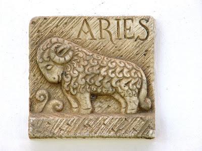signo aries tallado en piedra
