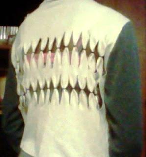 Tips Membuat Tampilan Gigi Hiu pada T Shirt dengan Seni Gunting Kain