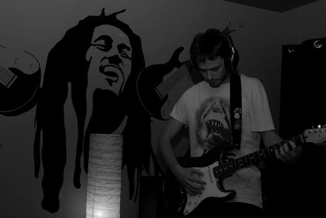 un joven toca la guitarra en el estudio KBZ de valdesangil