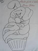 coelho com cupcake de morango
