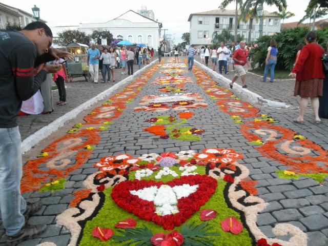 Tapete de flores para a procissão do Santíssimo Sacramente
