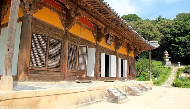 Muryangsujeon y pagoda de piedra del templo Buseoksa
