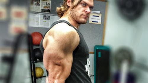 10 dicas para construir braços grandes e densos