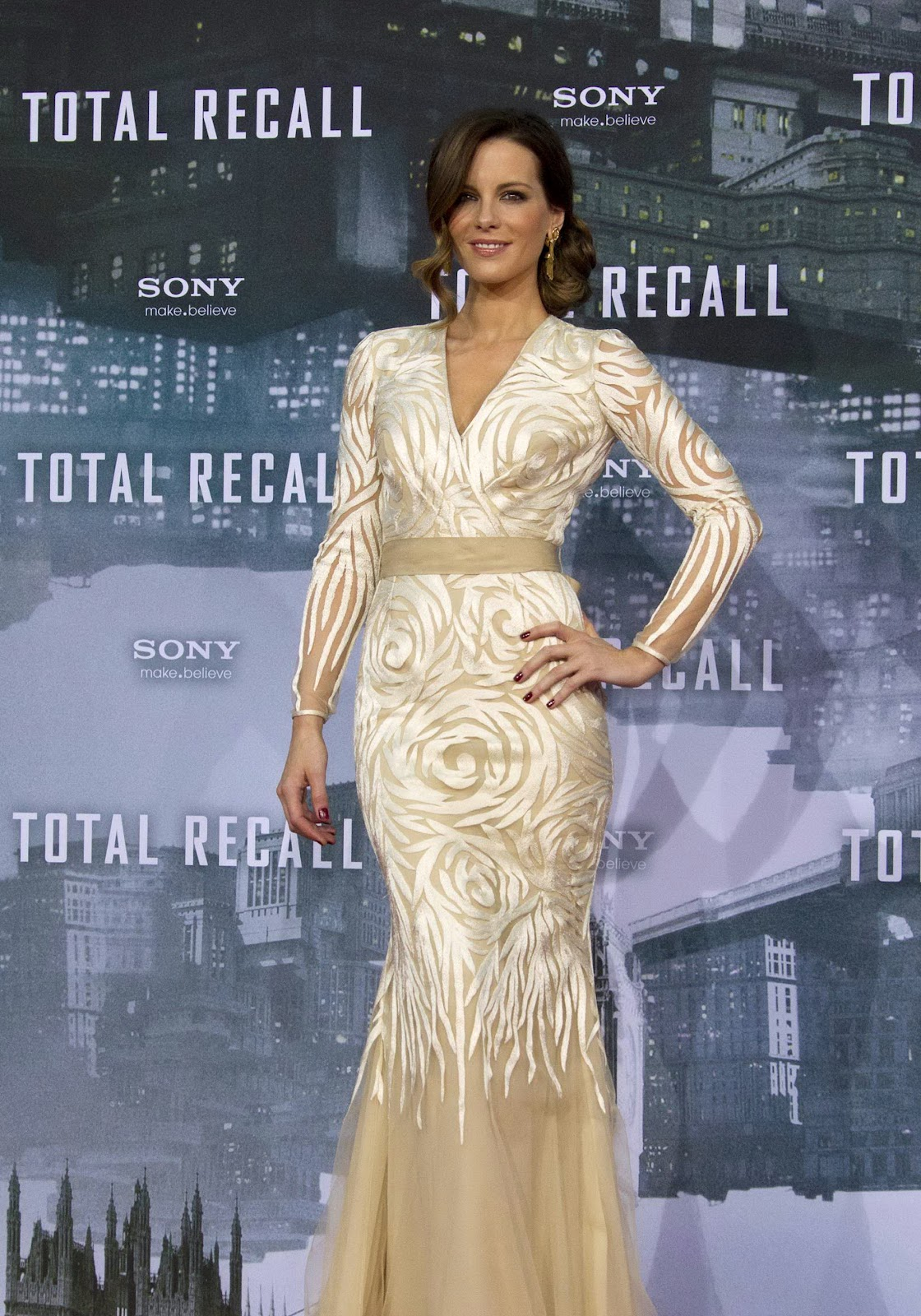 http://1.bp.blogspot.com/-DqSW8_Mm6Lg/UClRWOBdASI/AAAAAAAALXs/48y12jCI39Y/s1600/Kate+Beckinsale+attends+Total+Recall++Premiere+in+Berlin+Germany.jpg