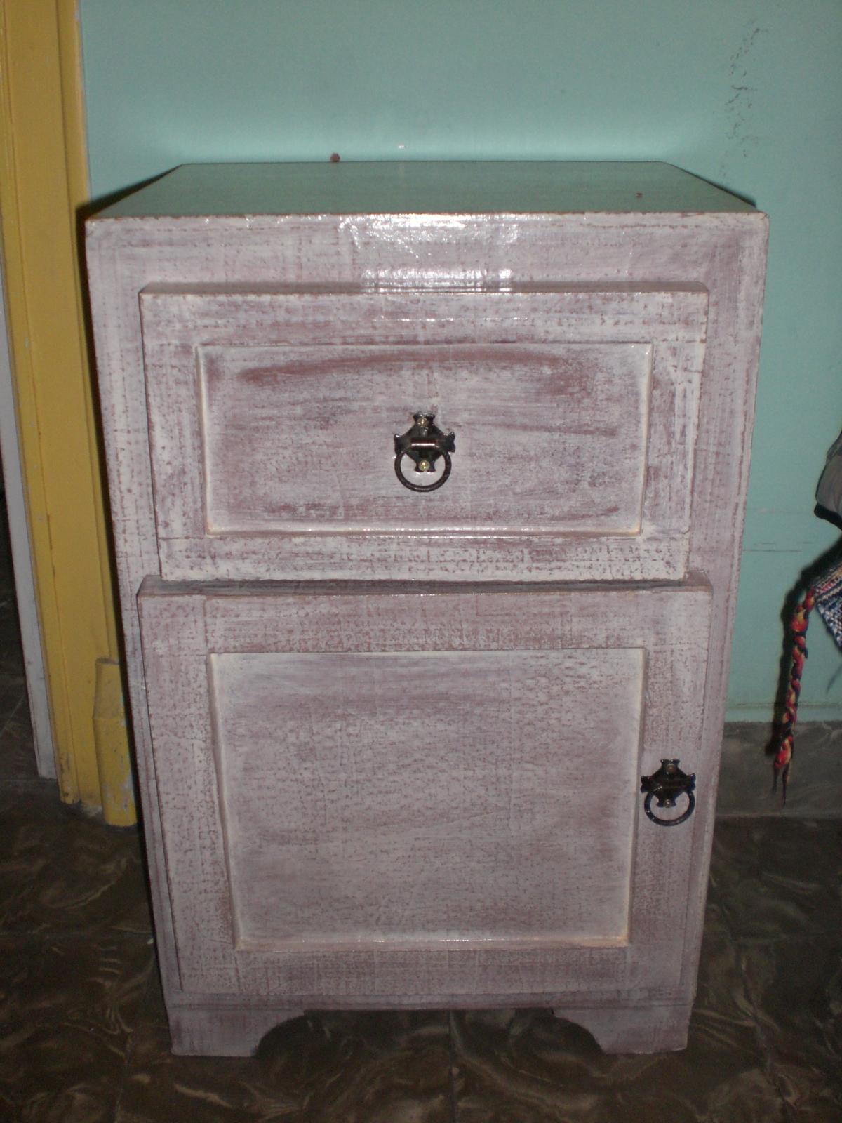 El mundo loco del carton nueva mesita de noche o mueble for Mueble auxiliar salon