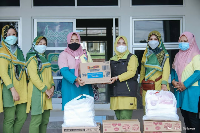Penyerahan bantuan untuk bayi gizi Buruk