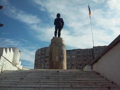 Sepsiszentgyörgy, december 1-je, román nemzeti ünnep, magyarság, székely zászló, ismeretlen katona szobra, Bronz Béla