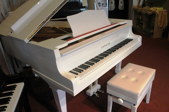 Pianoforte studio yamaha grand piano g2 in pearl white for White yamaha piano