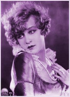chica vintage con collar de perlas en violeta
