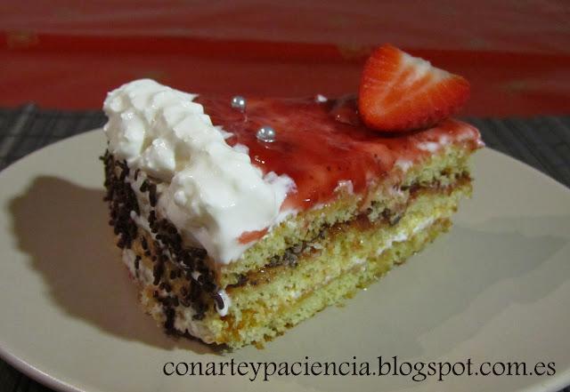 Tarta romántica (chocolate, fresa y nata)