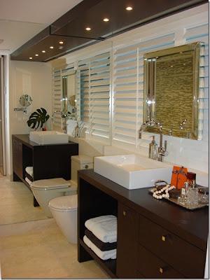 espelhos inteiros em banheiro