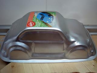 Preparamos un bizcocho en el molde Wilton con forma de coche